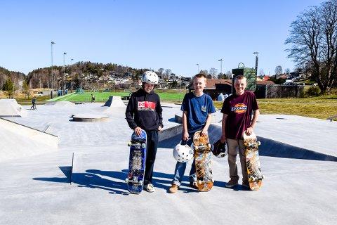 BRA: William Engel Brubakken (12), Jesper Ellingsen Møgstad (10) og Benjamin Bekkevold (12) mener skatedekket har blitt mye bedre.