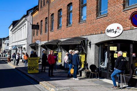 LANGE KØER: Karins Butikk åpnet konkurssalg denne tirsdagen, og køene var lange.