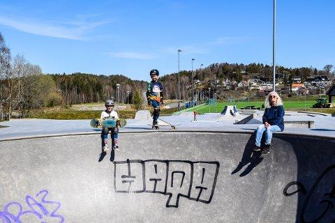 IKKE BRA: Skateparken på Månejordet ble ferig oppusset før helgen. Nå ser Emilie og Edvard Hovland  sammen med skateklubbens Inger Johanne Stene på  fersk tagging