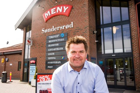 TILTREKKER FOLK: – Maskinen har fått mye oppmerksomhet, og kundene setter stor pris på den, sier Dag Arild Bakken om den nye maskinen som har gjort susen i butikken.