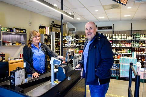 IKKE KØ: Line B Ellingsen styrer kassa på polet i Stavern mens Sondre Wallmann handler til påske. Og han slapp kø.