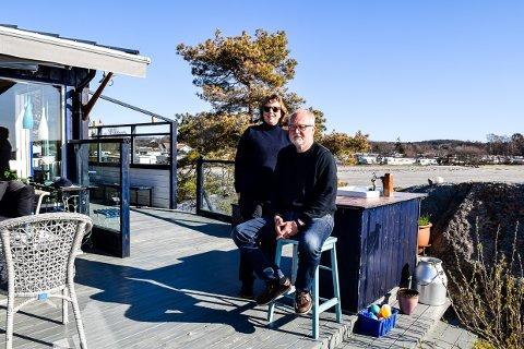 VED KYSTSTIEN: Marianne Aas (65) og Odd Tore Hegna (72) har hytte på Kolbensrød, med kyststien rett utenfor hyttedøren.