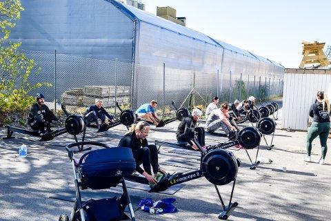 UTE: Treningssentre kan nå tilby timer for små grupper utendørs. Hos CrossFit Larvik er de sjeleglade for at de har en asfaltplass tilgjengelig, mens andre bruker strender og andre tilgjengelige uteområder.