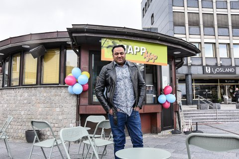ØKTE RASKT: Kun to-tre uker etter åpning, fikk den nye kiosken på Torget en helt ny meny. – Det har gått over all forventning, sier Arif Sikandar.  Her fra åpningen av kiosken. (Arkivfoto: Siw Nakken)