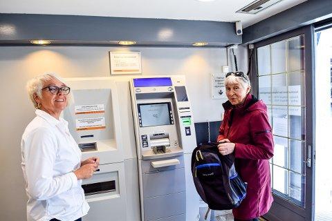 ÅPENT: Larviksbanken har åpnet igjen, og Karin Williams (t.v.) hjelper Anne Dybfest med mynter og annet.