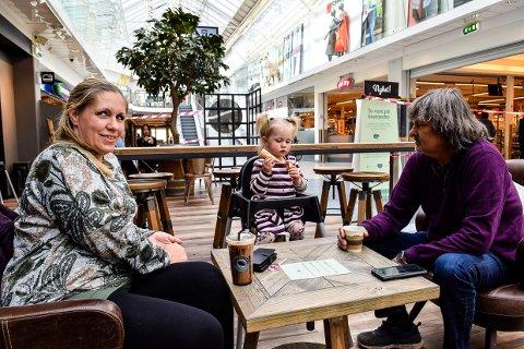 ENDELIG: Jeanette Foldvik (35) fikk endelig nyte favorittkaffen sin igjen sammen med datteren Nilie og Rolf Willy Johannessen på Nordbyen.