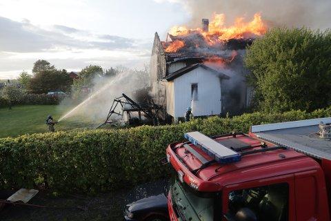 FULL FYR: Et hus brenner kraftig i Tjølling nå.