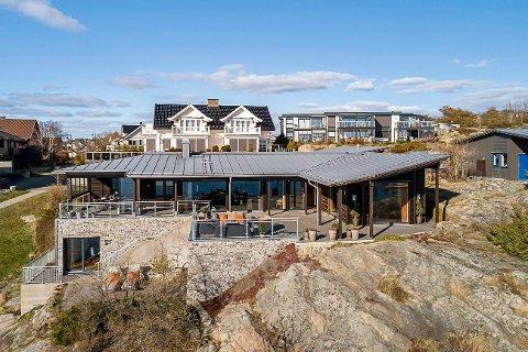 HÅPER PÅ REKORD: Denne arkitekttegnede eneboligen på Rekkevik Brygge kan gi larviksrekord. Fantastisk beliggenhet, utsikt, båtplass og privat felles eiet badebrygge trekkes fram som salgsargumenter.