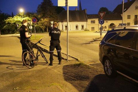 SYKKELULYKKE: Den uheldige syklisten skal ha dundret i bakken rett ved rundkjøringa på Herregårdssletta.