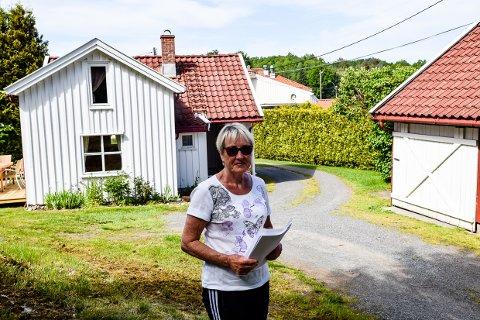 SELGER: Anne-Lise Finck selger nå det lille huset som har vært i familien siden 1852. Her bodde også hennes grandtante Bertha Olava Langklov, som fremdeles huskes av mange godt voksne i Brunlanes.