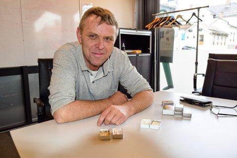 OPPFINNER: Bendik Bø har mange oppfinnelser på lager. Fyrstikkesken han har funnet opp, vil han gjerne gi til en som har lyst til å skape noe nytt.