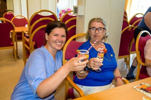 SKÅL:  Lovise Bredvei Aakre og Marit Skoli løfter glasset og feirer at det er en ny uke.
