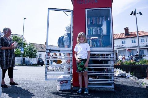 NYTT I NABOLAGET: Emmet Støen Vaagland (8) var med på åpningen av ny lesekiosk i Havna.