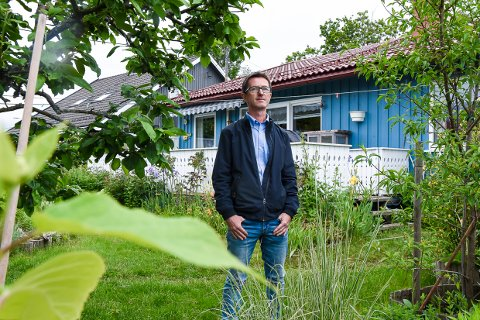 FORTVILER: Erik Bergendahl og familien mener de har blitt lovet fiber i luftspenn inn til huset.