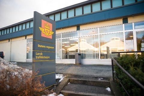 SIER NEI TIL NEDLEGGELSE: Larvik trafikkstasjon blir likevel ikke nedlagt i forbindelse med Samferdselsdepartementets krav om ny organisering.