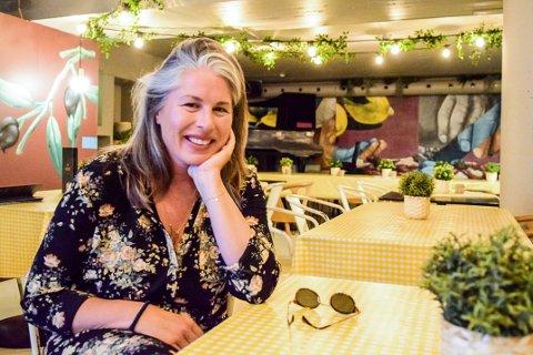 MER PLASS: Caroline Titlestad valgte å skape noe nytt i kjelleren da behovet for mer plass mellom gjestene kom.