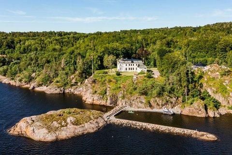 HERSKAPELIG: Balders Hage er til salgs igjen, tre år etter at eiendommen sist byttet eier. Med «på kjøpet» får man blant annet en molo og en liten øy.