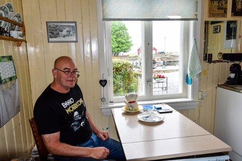 HAVNA: Fra kjøkkenbordet ser Tore Solheim Nevlunghavn og det som skjer i selve havna.