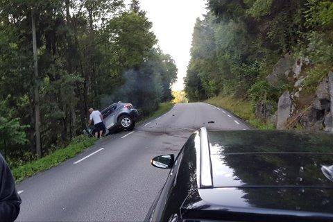 KOM TIL STEDET: Det var flere som kom til stedet og hjalp til etter ulykken mandag kveld.