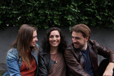 MED GJESTER: Vårin Alme (i midten) har med seg Rannveig Amundsen og Andreas Holmedahl Hvidsten i visepop-trioen Våke til Galeiscenen på onsdag. Og de har med seg fem musikalske gjester.