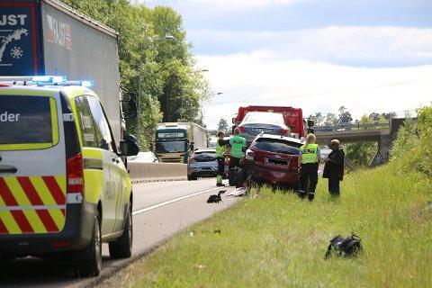 I BAKEN: En personbil har kjørt i baken på en annen.