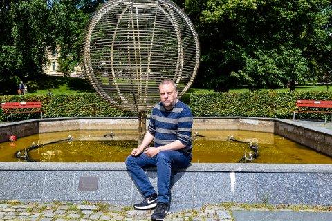 UVERDIG: Når det flagges over hele Larvik for Carl Nesjar, synes Kjetil Vold det er uverdig at kunstverket Kloden framstår som glemt.