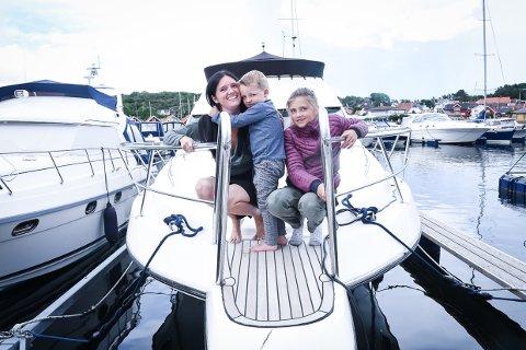 ELSKER BÅTLIVET: Familien Petersen/Jacobsen, her representert ved mamma Ruth Iren, Mio (3) og Mina (11), har alltid hatt båt i familien. Pappa Magnus, samt Mikkel (9) er ikke med på bildet.