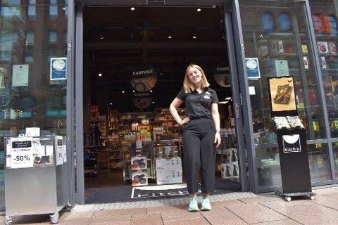 STYRES AV DE ANDRE: – Jeg tilpasser arbeidsdagen min etter timeplanen til mine ansatte. Det er måten vi må gjøre det på her, og det har gått veldig fint til nå, sier butikksjef Henriette Gabrielsen (22) fra Larvik.