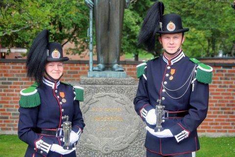 HEDRET: Årets gardist fra signalkorpset, Mari Skjevling Erlandsen, står her sammen med Vegard Gustavsen fra Larvik som ble beste gardist i janitsjar.