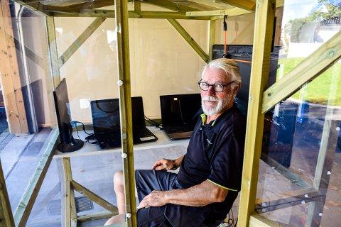 I BUR: Erling Pedersen setter seg selv i bur og lar folk få innsyn mens han skriver om en tidligere pandemi. En vi vet hvordan ender. Det hele skjer på sentrale steder i 12 byer i Vestfold og Telemark.