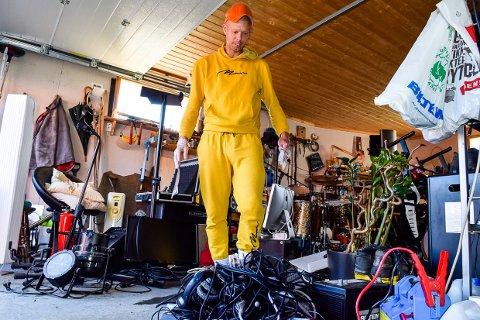 VANNVITTIG: Jean Andre Amundsen har gjennom mange år investert i alt utstyr man behøver i et studio. Da alt endelig kom på plass i ny bolig, kom vannet og tok alt.