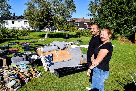 KAOS: Ronny og Inger Johanne Melum har fylt hele hagen med vannskadede eiendeler.