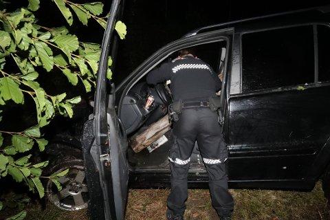 MERKELIG: Politiet klør seg i hodet etter at de fikk dratt opp denne bilen fra grøfta.