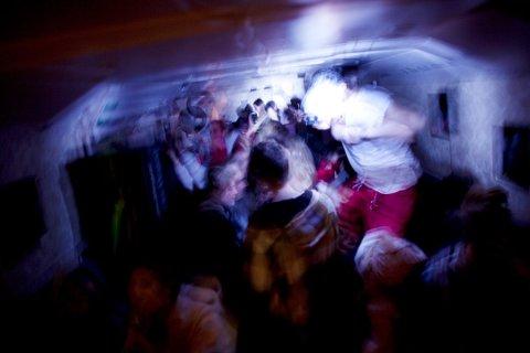 BLE SKADET PÅ RUSSEFEST: På russefesten gikk det helt galt da en ung mann ble overfalt. Han har blant annet hatt hodesmerter etter hendelsen, og det var bare flaks at det ikke gikk verre. I retten husket ikke vitnene eller den tiltalte hvem som hadde vært med på å banke opp den unge mannen.