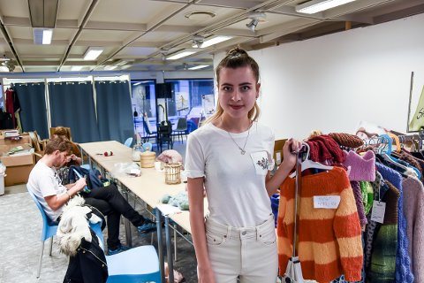 TREFFPUNKT: Elise Amanda Nyheim vil ha tak i unge folk som er interessert i strikking.