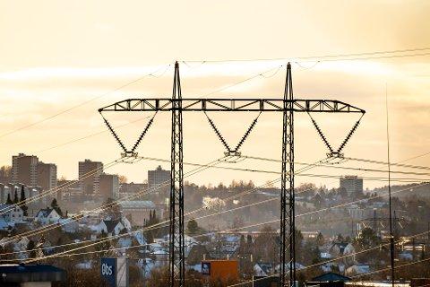 Oslo 20210207.  Strømmaster i bydel Stovner. Høyspentledning og master på den såkalte Vinstralinja ved Nedre Fossum i Groruddalen. Kraftledningen går fra Vinstra i Gudbrandsdalen til Oslo.