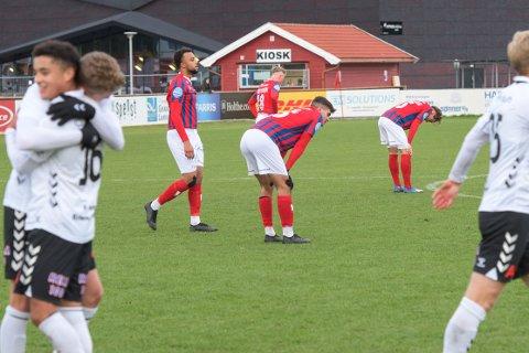 BITTERT TAP: Humøret hos Fram-spillerne var ikke på topp etter at det ble 0-1 for Odd 2 hjemme i Framparken mandag ettermiddag. Fram-gutta i front er Batu Sowe og Sebastian Pop.