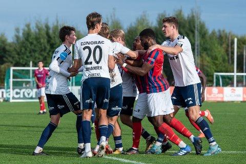 Tumulter: Det var temperatur mot slutten av oppgjøret da Fram Larvik og Arendal spilte 1-1 i Framparken lørdag ettermiddag.