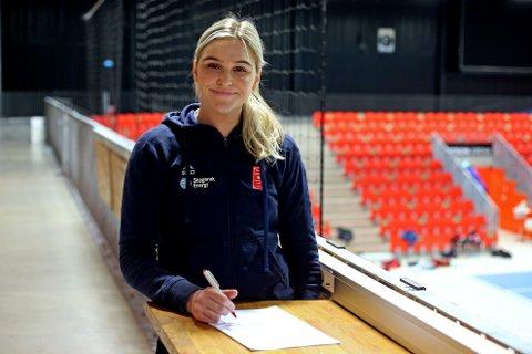 VIL MER: Sofie Løwe har skrevet ny kontrakt med Larvik Håndballklubb til 2023.