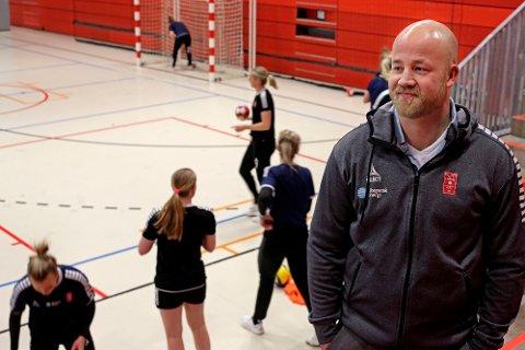 Signerte treårskontrakt: Eirik Haugdal blir ny hovedtrener i Larvik HK fra 1. juni 2021. Onsdag var han innom Jotron Arena mens jentene trente.