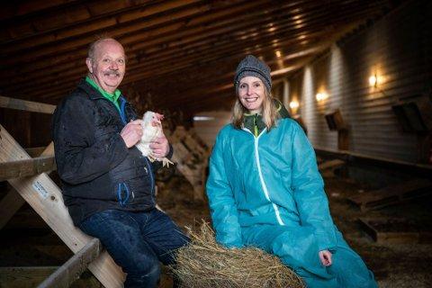 LANDETS FØRSTE: Eggebonde Kåre Johnny Berg får nå bruke en helt ny merking på eggene sine. Her sammen med veterinær og leder av merkingen, Helle Haukvik.