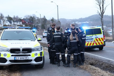 STOR UTYKNING: ØPs frilansfotograf meldte om at det var minst ti politibiler i tillegg til ambulanser på plass kort tid etter at fem personer begynte å slåss midt i gata søndag formiddag.