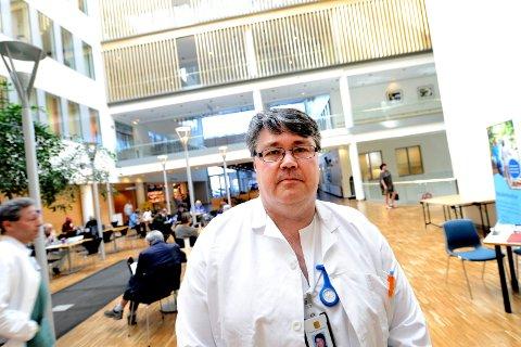 TAR GREP: Fagdirektør Jon Anders Takvam ved Sykehuset i Vestfold sier at sykehuset må ta grep som følge av økningen i koronapasienter.