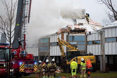 TOTALSKADD: Larvik bibliotek ble totalskadd etter at det tok fyr i en container som sto under et tak. Hvor containeren var plassert, blir et tema når Larvik kommune møter forsikringsselskapet i retten denne uka.