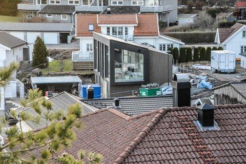 MÅ KANSKJE SNUS: Taket på denne eneboligen i Rødbergbakken må kanskje snus. Statsforvalteren har i hvert fall opphevet planutvalgets vedtak i saken.