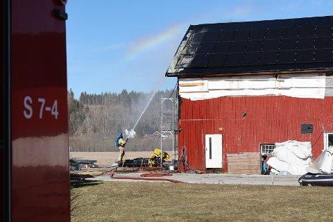 BRANT: Det brant i solcellepanelet på taket til låven.