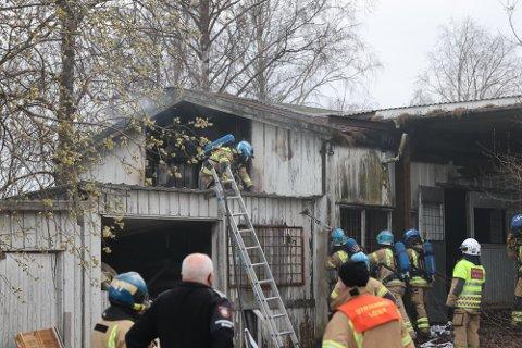 RØYKEN VELTET UT: Brannvesenet fikk fort kontroll, men brannen kunne fort utviklet seg.