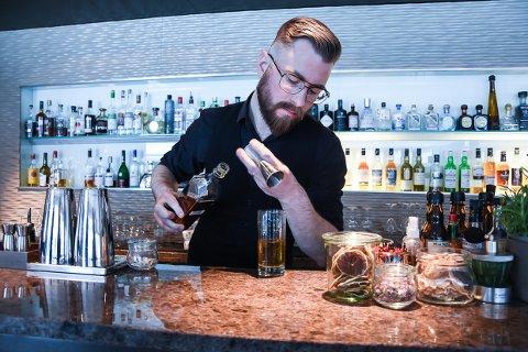 FOKUS: Szymon Korzeniowski kjemper onsdag om å bli landets beste bartender.