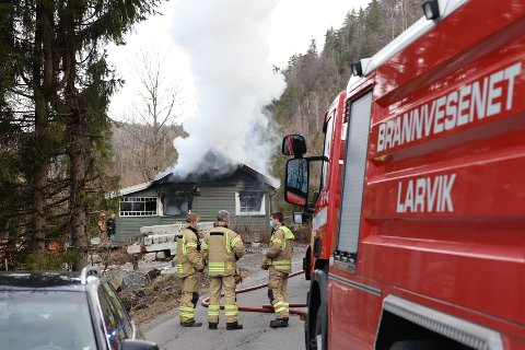 FRYKTET SPREDNING: Brannvesenet fikk raskt kontroll over brannen i hytta ved Kvelde, men fryktet en stund at brannen skulle spre seg til terrenget.