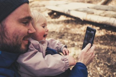 INSPIRASJON: Mobilen kan brukes til å finne turinspirasjon for hele familien.